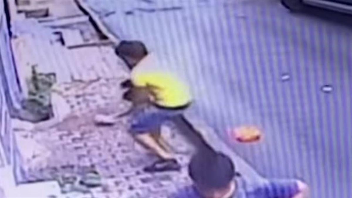 驚見2歲女墜落!17歲少年伸手接 英雄片曝光