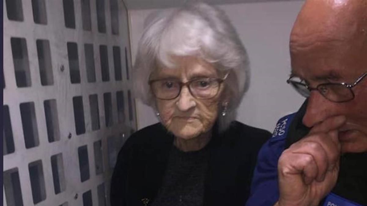 93歲老奶奶「偷竊」上銬進警局 全家笑呵呵