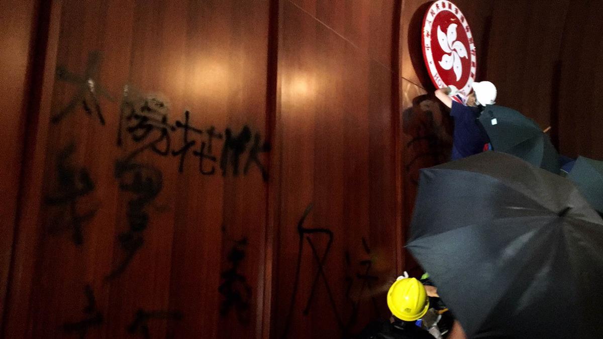 太陽花翻版!港示威群眾闖立法會搗毀公物