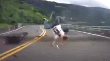 突衝向車頭!重機騎士噴飛 乘客驚魂尖叫