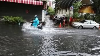 台南一早大雨!安南區水淹腳踝 小東路土石沖路面