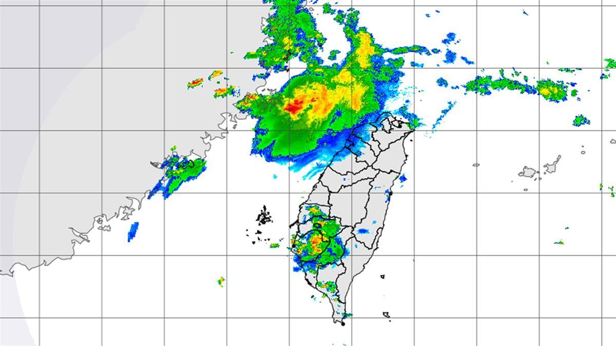 雨彈來襲!南台灣5縣市發布大雨特報 嚴防雷擊
