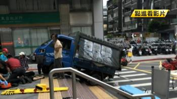 貨車衝上捷運站出口 夫妻遭撞1死1傷