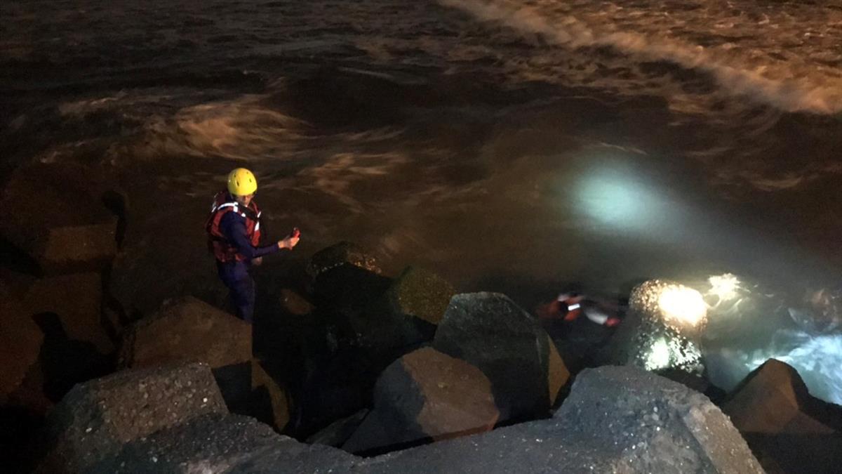 蚵仔寮驚傳溺水!16歲男戲水遭沖走 全力搜救中