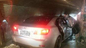 示範道路成驚悚過彎!半年2車禍 民宅鐵門撞爛