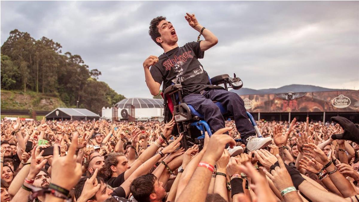 最暖畫面!音樂會人海衝浪抬身障者 全球瘋傳