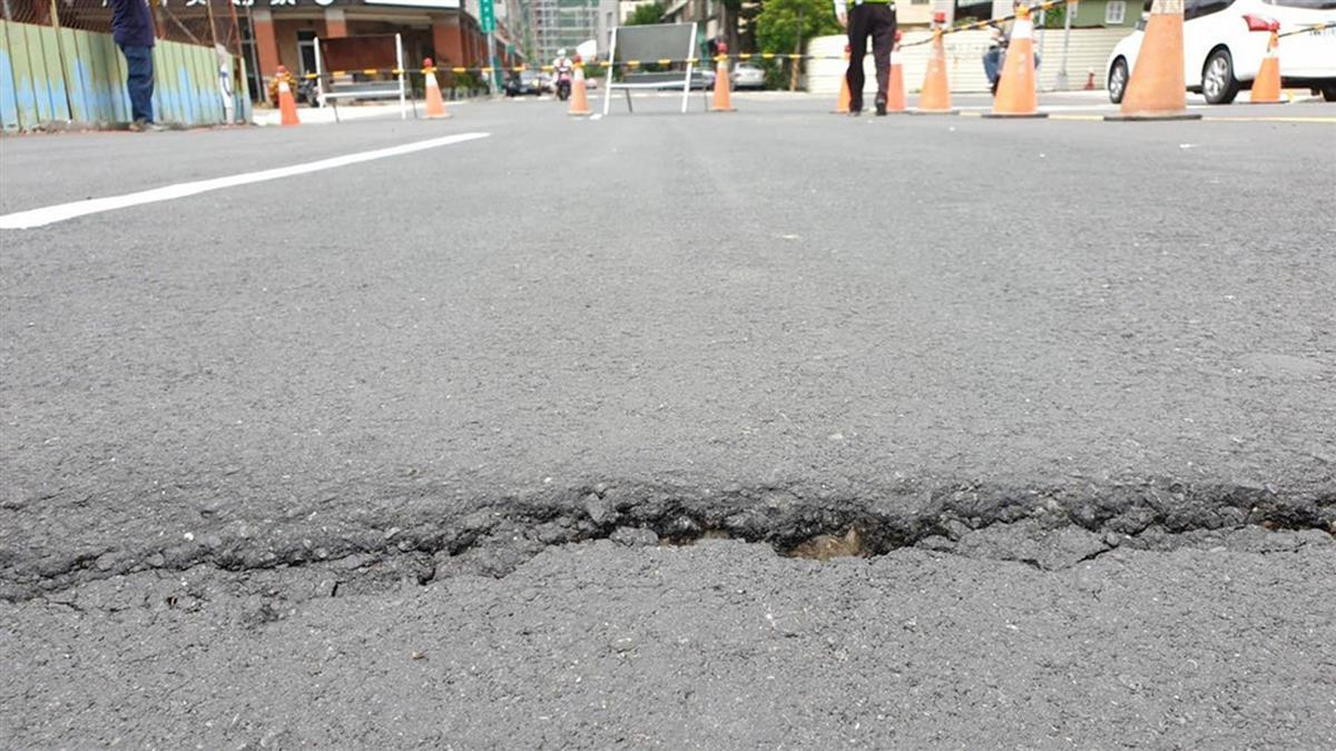 高雄市又見道路坍塌 疑舊鐵道路基下陷所致
