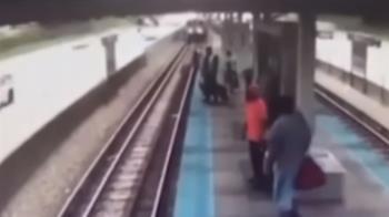 37歲女跳軌撿手機!列車進站…轉頭被撞死