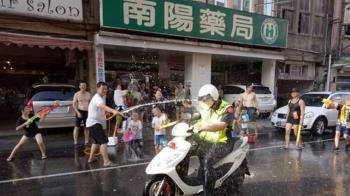 公然「洗警」!巡邏警遭水柱狂噴 網友怒了