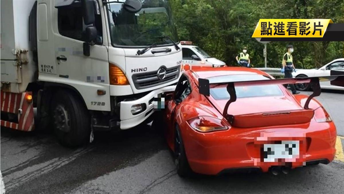 保時捷北宜失控衝對向 撞大貨車嚴重變形