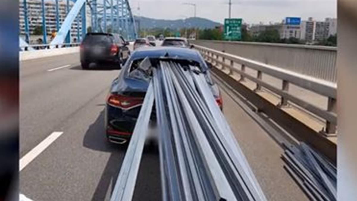 卡車急煞!30鋼條齊發…擋風玻璃全破 秒貫穿前車