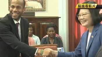 聖國挺台部長WHA仗義執言 總統握手致意感謝