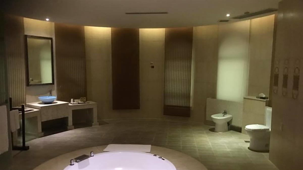 4人住摩鐵驚見開放浴室!他秒臉紅:尷尬了