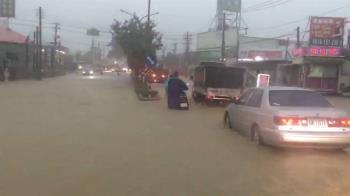 雨彈炸高雄!神農路淹小腿肚 5區時雨量破百