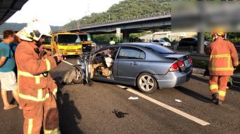 國道1號小客車自撞護欄 一男一女撞飛車外