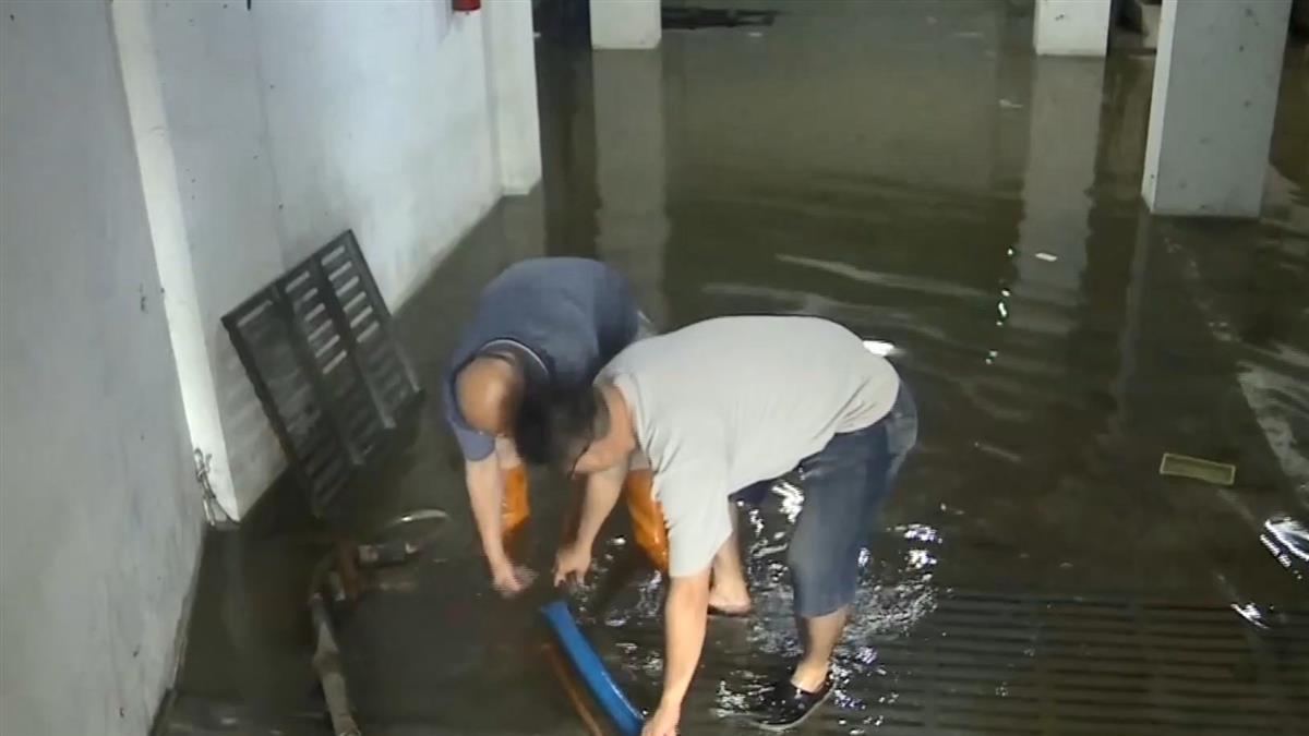 鳳山暴雨淹水!住戶飆罵治水破功 區長道歉