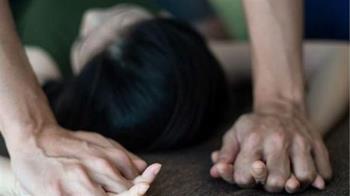 17歲新人妹遭壓床上XX 色副理辯:她害羞
