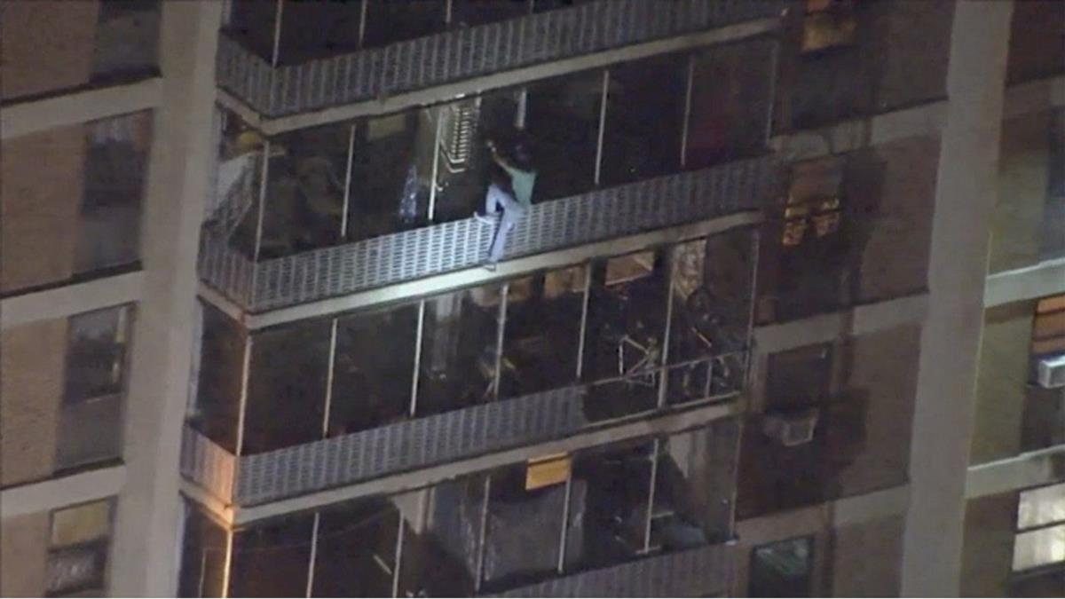 媽媽陷火場!他化身蜘蛛人爬牆15樓 下場曝光