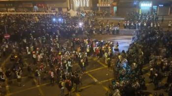 港警投催淚瓦斯驅離!反送中示威者蛋洗中聯辦