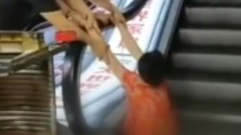 維修中!婦下半身捲電扶梯30分…小腿被夾斷