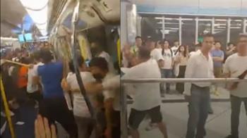 港白衫軍闖地鐵無差別攻擊!民眾疑警縱容