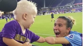 都無左手…1歲男童再會足球選手!合照逼哭網