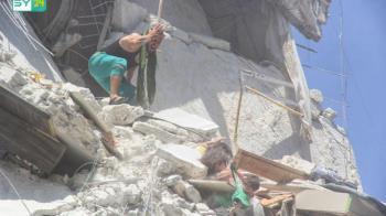 最心痛畫面!敘利亞5歲姊瓦礫堆緊抓7月大妹