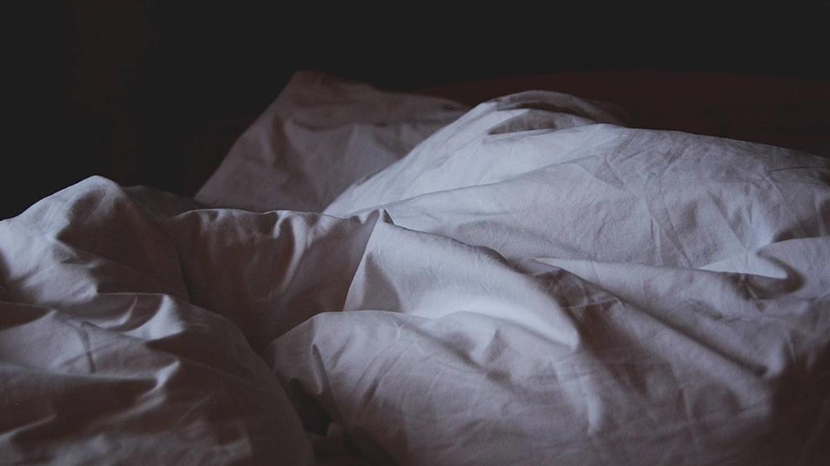 35歲男裸趴床慘死!下體戴粉色保險套