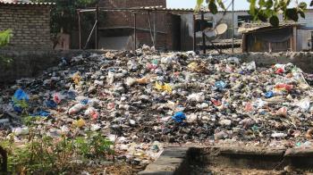 女家中堆滿垃圾!警幫清4天…竟挖出鹽醃老母屍