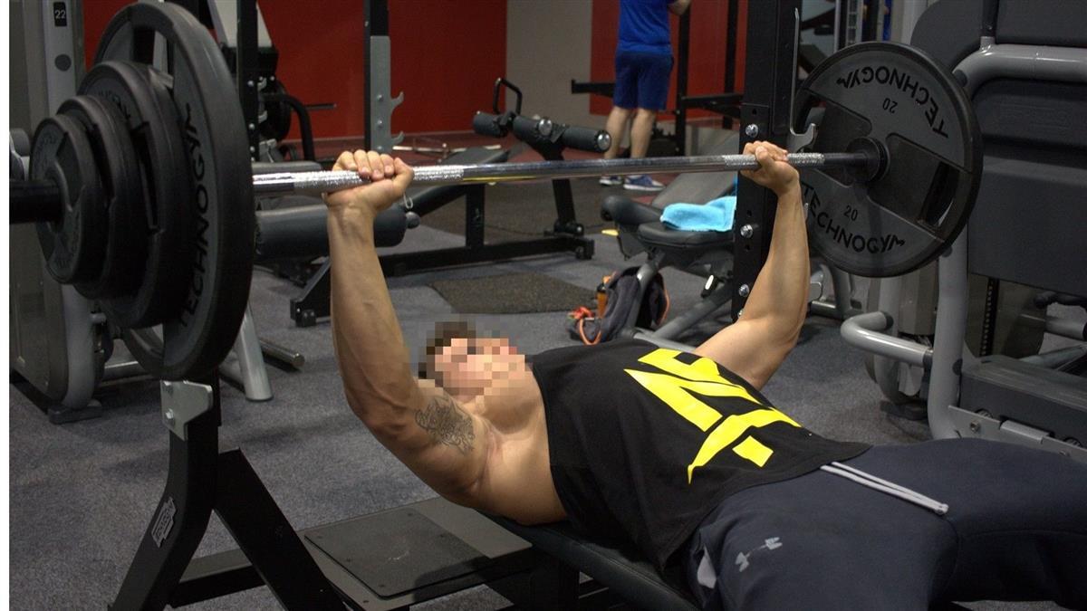 舉70kg槓鈴!男遭壓頸16分腦死…健身房員工慘了