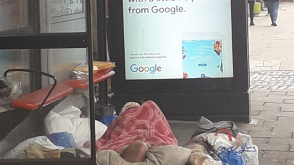 以為公車站堆滿垃圾!路人走近…驚見街友慘死