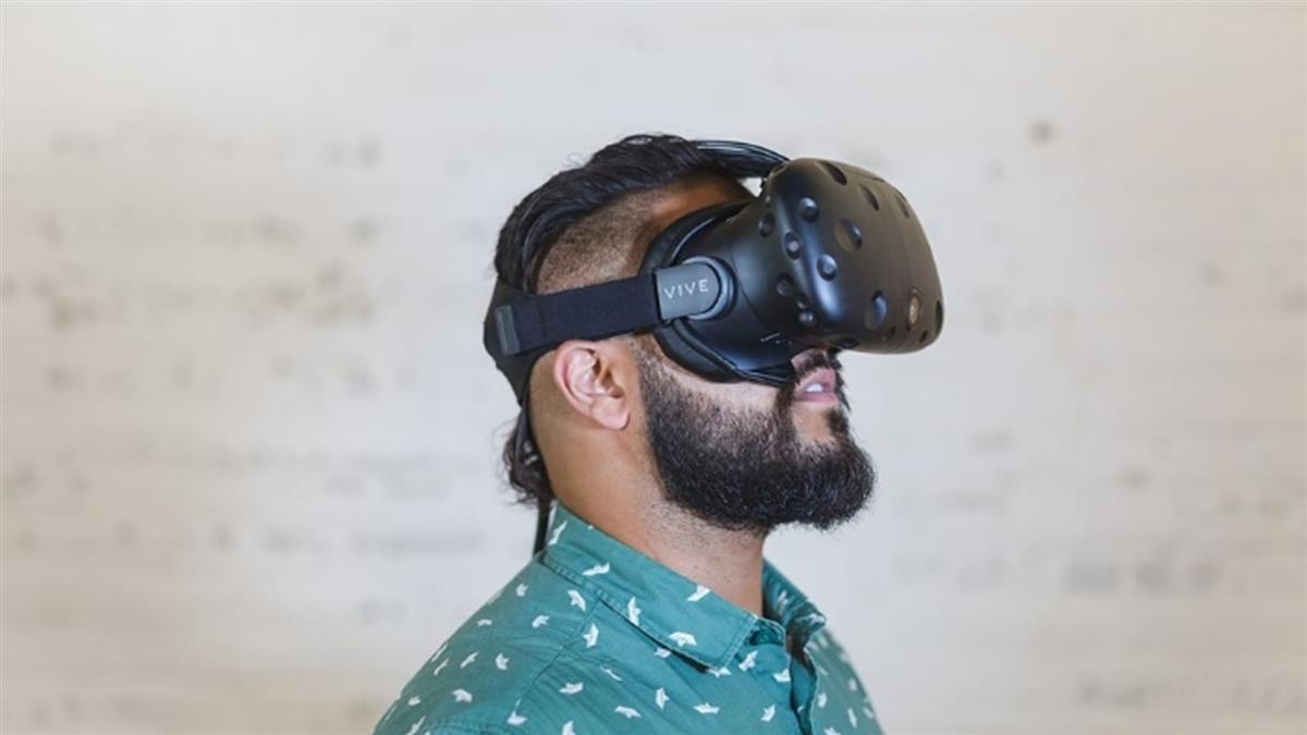 玩VR女友…男抱空氣擁吻 網看完都哭了