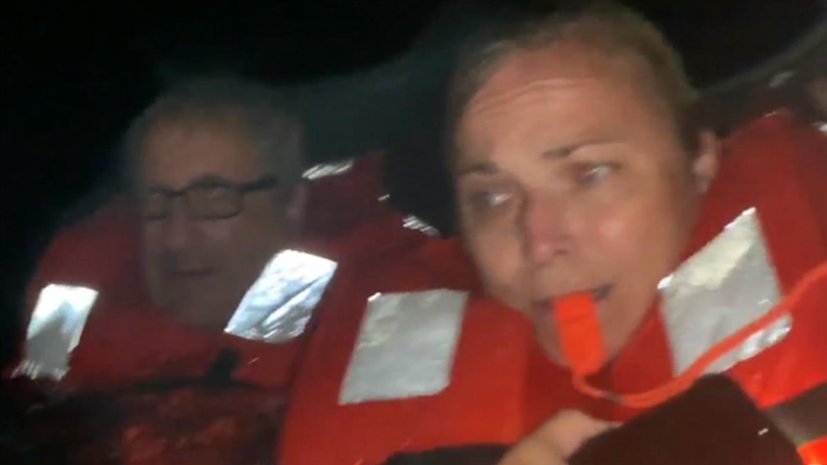船上燒死或鯊魚咬死?女記者遇船難 驚險逃生