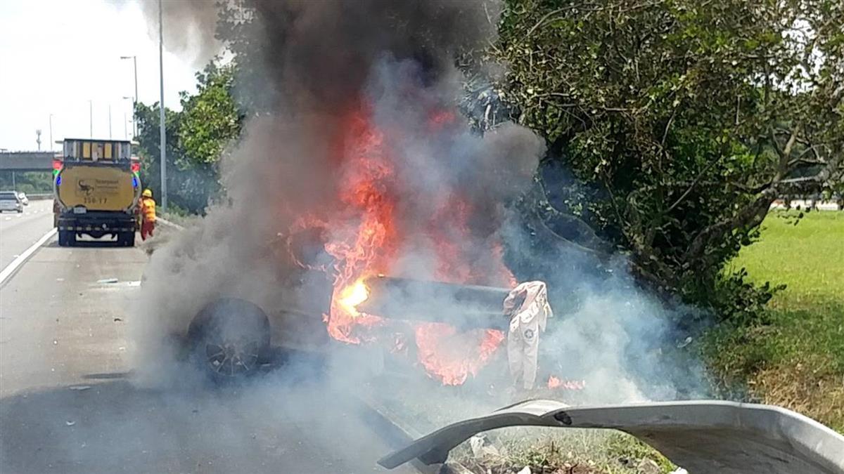 國道3號自撞護欄起火!女駕駛逃生不及慘死
