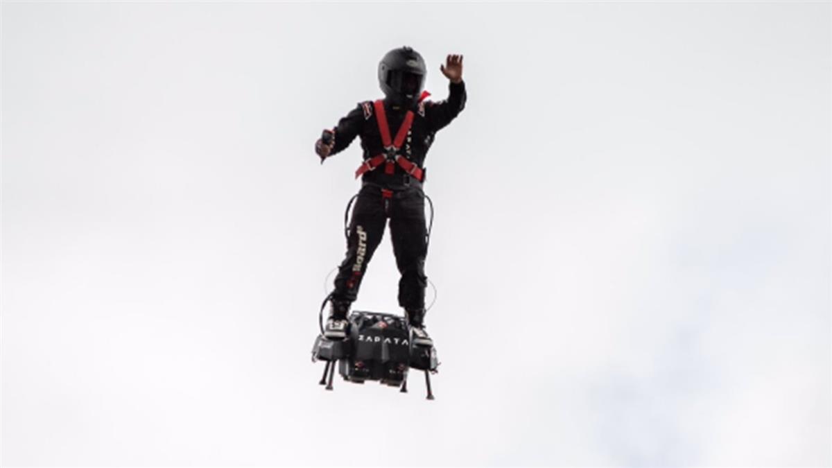 3架直升機護送!發明家駕飛行滑板 橫越英吉利海峽