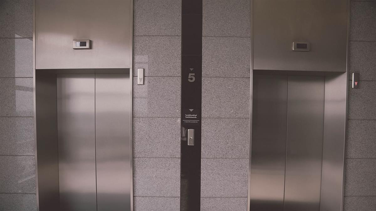 顧滑手機…醫護人員進電梯 身體硬生斷2截