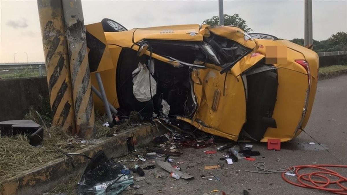 台中傳重大車禍!計程車撞電桿 司機、乘客慘死