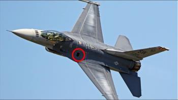 美軍螺絲鬆了?F-16V高G轉彎中蓋板鬆脫拋飛