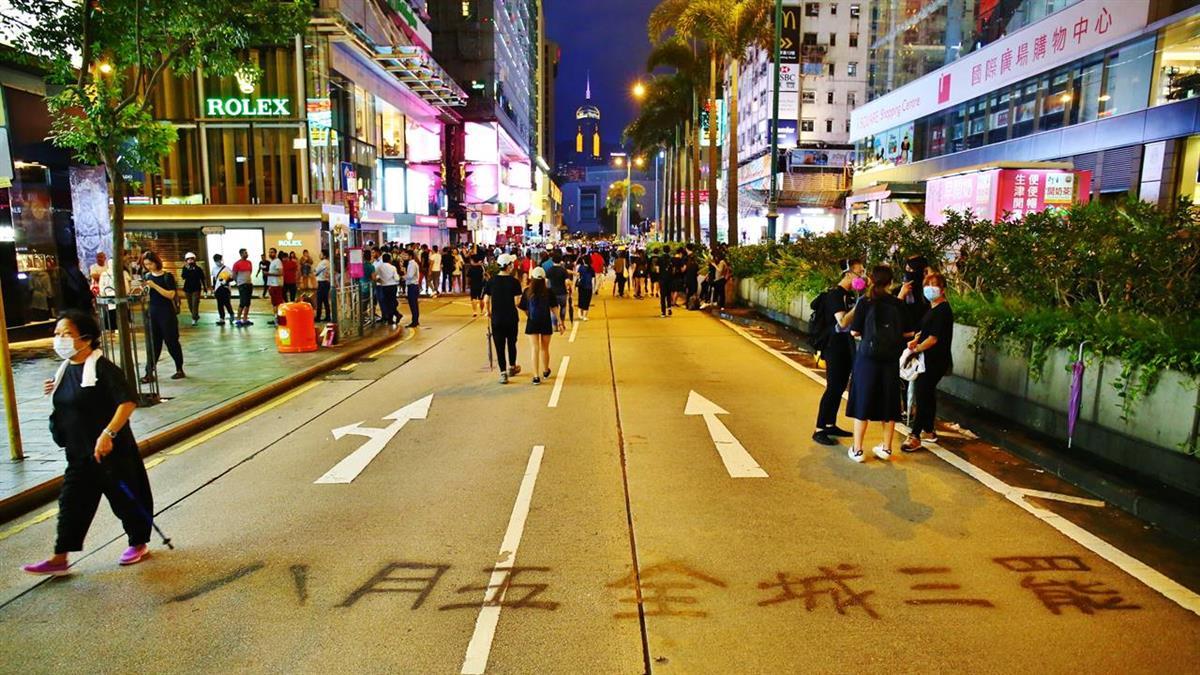 港大學生持雷射筆被捕 百位民眾圍警署