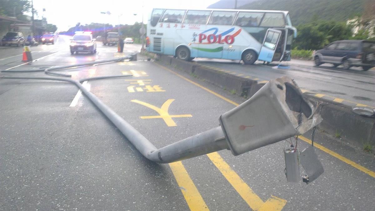 花蓮台九線遊覽車自撞!7新加坡團客輕傷