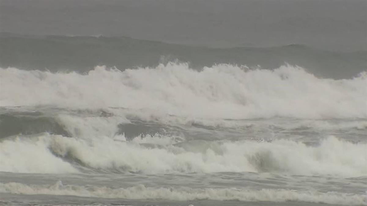 外澳出現三米大浪! 海巡署拉管制線禁止遊客進入