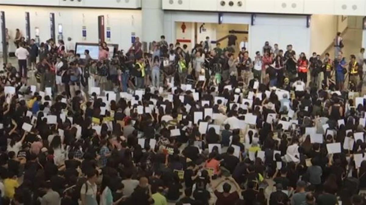 香港示威分頭各地!警方晚間狂發催淚彈驅離