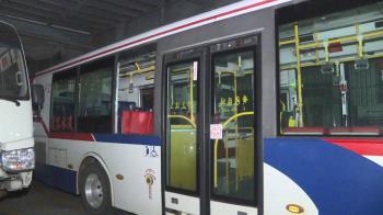 公車驚魂!車窗玻璃突碎裂  10乘客嚇壞