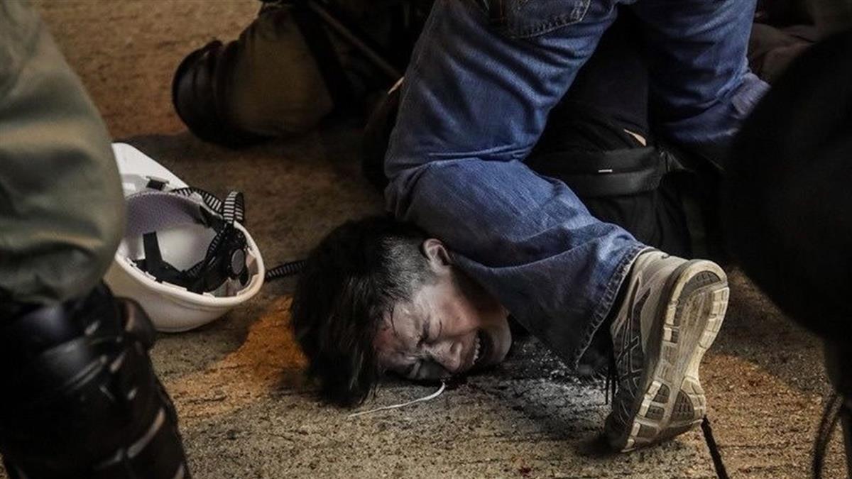 香港遊行爆激烈衝突 警方車站內無差別攻擊惹議