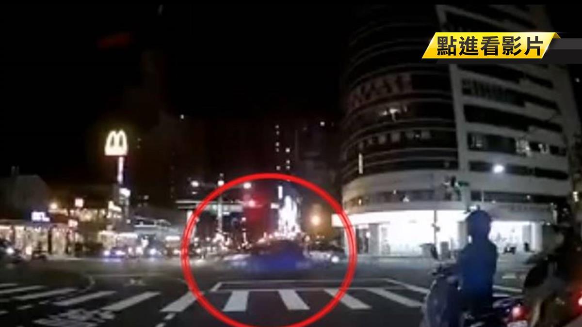 走在斑馬線... 女友被撞飛 男怒毆肇事駕駛