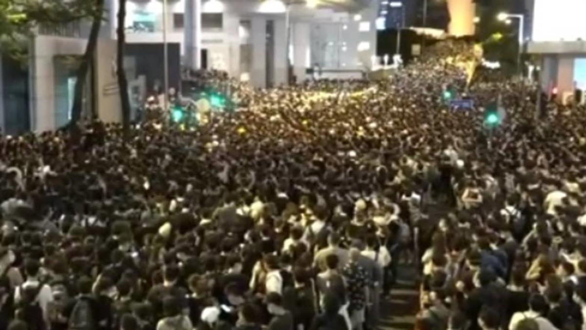 港數百人包圍警總 傳網民將癱瘓地鐵4日