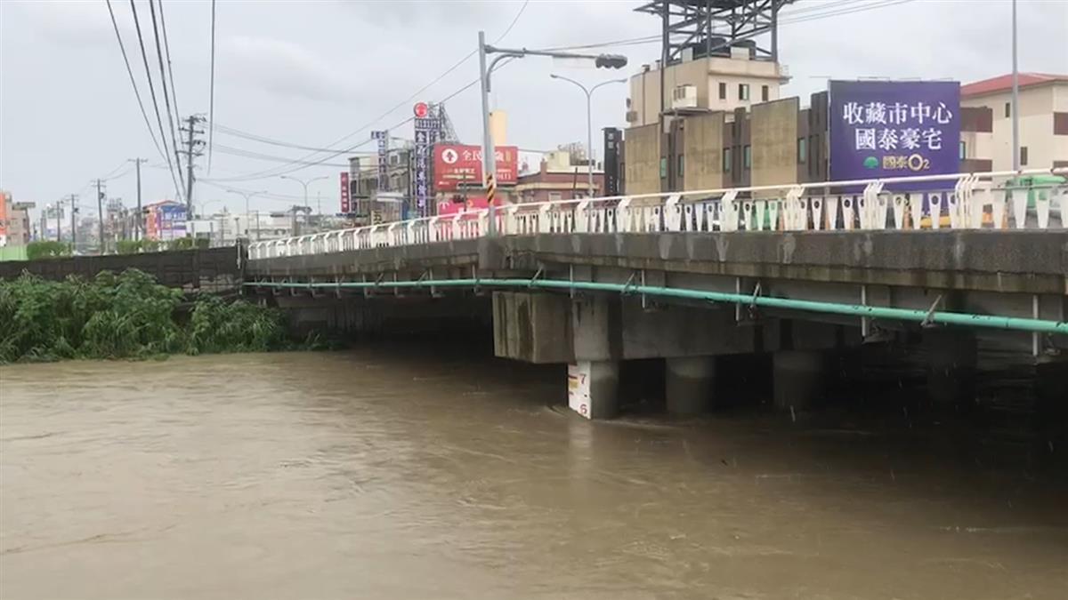 快訊/雨彈炸高雄!岡山傳騎士遭溪水沖走