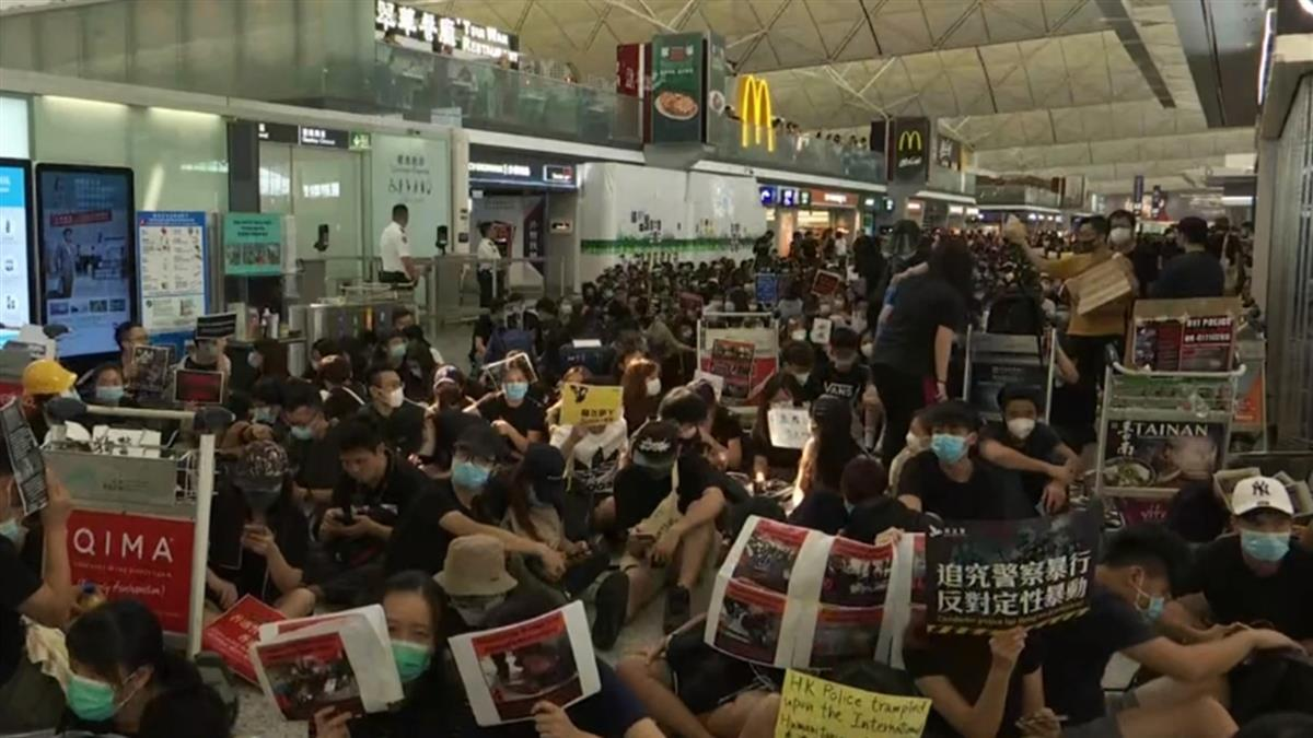 遮右眼示威!香港機場再聚千人反送中