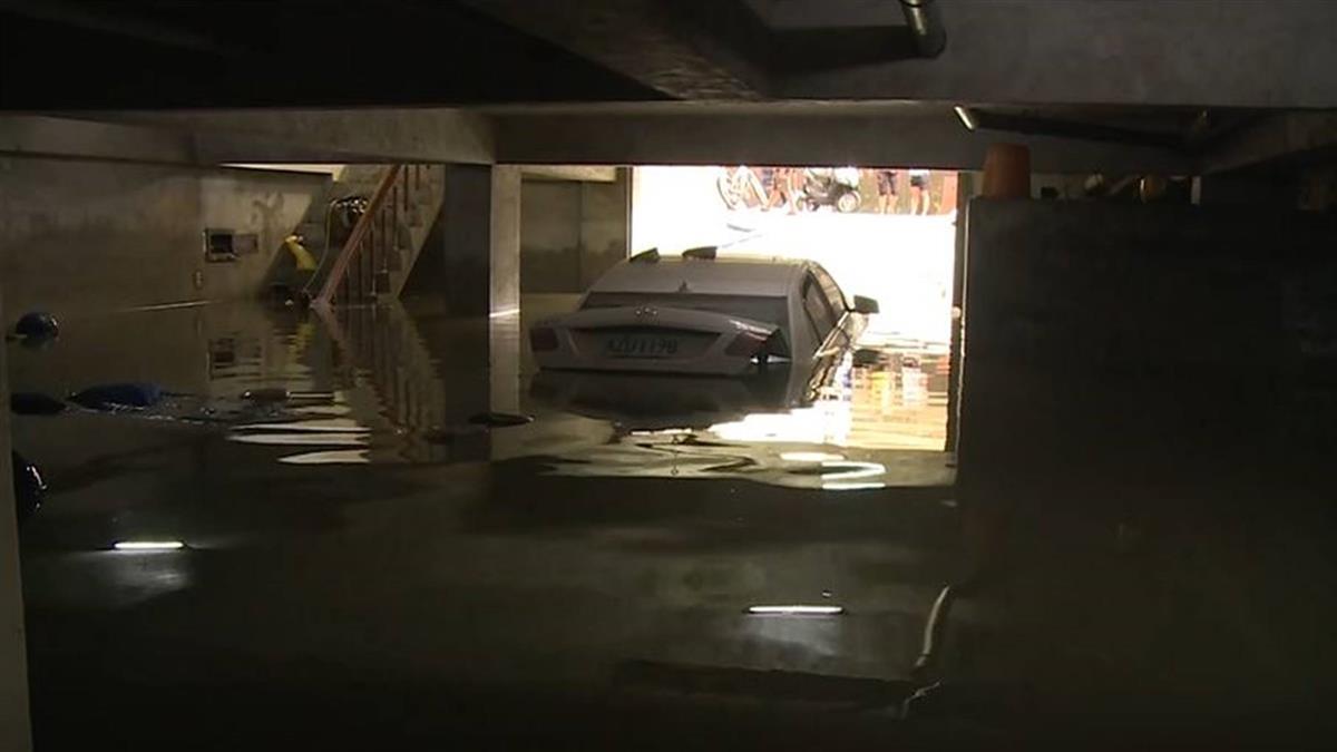 雨炸台南!停車場變儲水槽 百萬名車泡水…來不及救