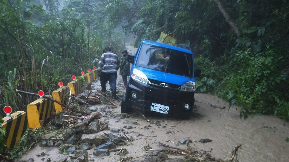 那瑪夏豪雨釀土石滑落 小貨車遭泥水卡路中